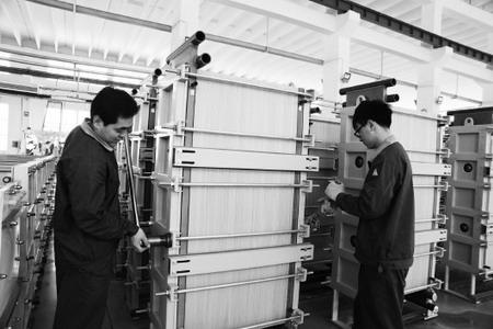 山东天维膜技术有限公司工作人员正调试膜设备
